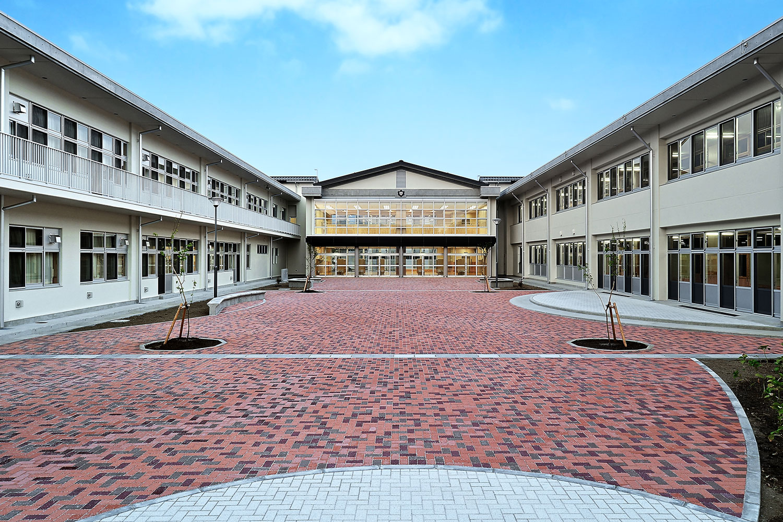 篠ノ井東中学校 中庭全景 西面